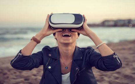 Une femme avec des lunettes en VR