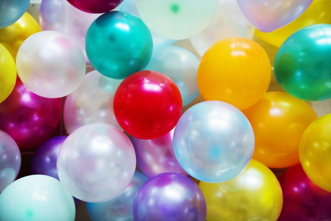 les ballons restent au plafond