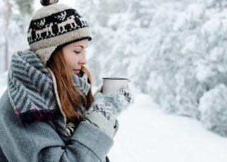 jeune femme avec une écharpe tube pour hiver