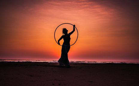femme faisant du fitness avec un hula hoop