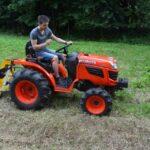 Utiliser un mini tracteur sur une pente : quelles précautions prendre ?