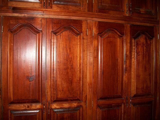 placard en bois avec poignées anciennes