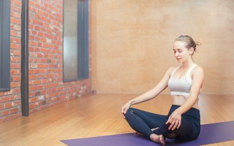 yogi débutante en pleine posture de débutante au yoga